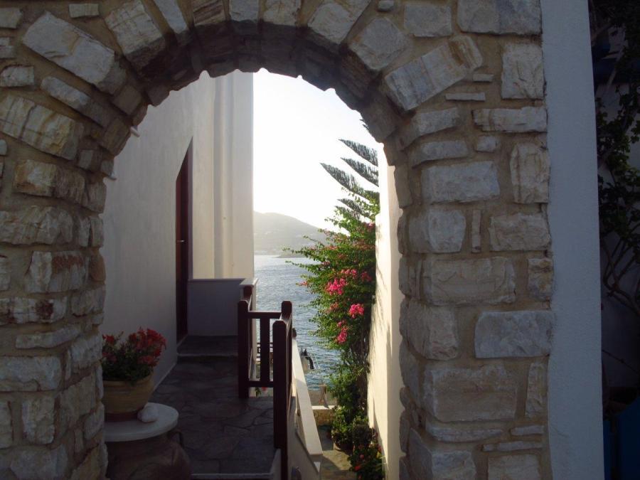 Peeking though the arch - Paros