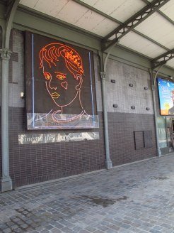 Sinema, les anges sont avec toi, neon installation, Paris